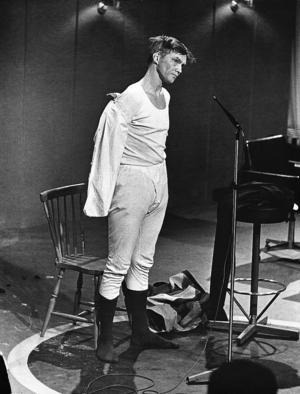 1966. Per Oscarsson chockade svenska folket när han klädde av sig på bästa sändningstid i Hylands Hörna och gav en lektion i sexualkunskap.