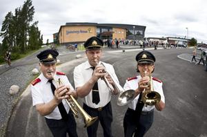 Tre trumpeter. Kjell Karlsson, Thomas Strand och Margareta Seger blåste fanfar tidigare under dagen då konstverken vid arenan invigdes.