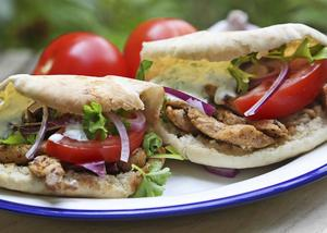 Gyros är Greklands svar på turkisk kebab. Servera antingen i pitabröd eller på tallrik med pommes frites, i båda fallen gärna med en klick tsatsiki.