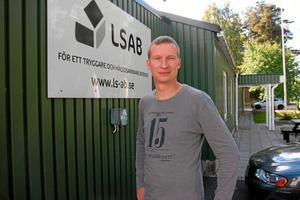 Eget helgon. Jonas Andersson. Sotare på LSAB, som står för Lindesbergs Sotningsdistrikt AB.