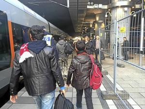 Ensamkommande flyktingbarn anländer till Hyllie station i Malmö.