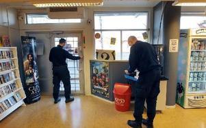 Polisens tekniker letade under onsdagen spår efter mannen som på tisdagskvällen rånade videobutiken Film & Fabel. Foto: Staffan Björklund
