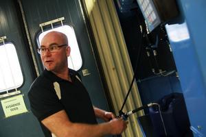 Mats Nilsson från Söderala har tidigare jobbat som brunnsborrare och lastbilsmekaniker. Nu är han nyanställd och tillsammans med Håkan Zetterlund, som följer med från Dunlop/Hiflex, sköter han om Hydraul Tekniks nya butik.