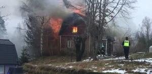 Branden började med begränsad eld och rökutveckling - men eskalerade när det inte gick att släcka inifrån.