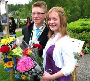 I denna ljuva sommartid sjöngs  i Revsunds kyrka fredagen den 12 juni när Gällö skola avslutade sitt läsår.Kyrkan var fylld med nära och kära som bjöds på uppskattade uppträdanden av eleverna. Gällö Lions club var på plats för att dela ut sitt Kamratstipendium.Det har instiftats till förmån för elever som varit fina förebilder. Två elever i årskurs nio röstas varje år fram av sina kamrater på högstadiet. Kriterierna är bland annat ansvarstagande, flit, engagemang, respekt och empati för kamrater, lärare och övrig omgivning.Årets utvalda heter Anna Englund och Linus Theorell, båda från Stavre.Belöningen blev förutom äran 2000 kronor vardera plus diplom och blommor. Överlämnare var stipendiekommitténs ordförande Lennart Wikström.Linus Thorell och Anna Englund fick Kamratstipendium som delades ut av Gällö Lions club. Foto: Stig Eriksson