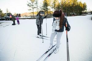 Syskonen Emelie och Celine Cedendahl längtar efter snö, men håller till godo med spåret på Hällåsen.