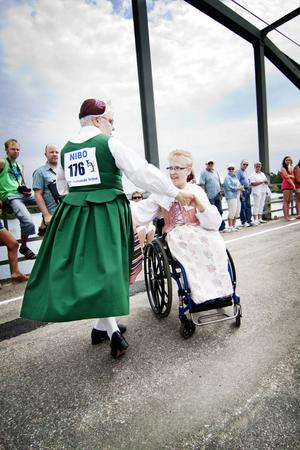 Premiär för Hjulhambon. Att dansa hambo i rullstol är inga problem, det intygar Eva Aaby Ericsson och Maria Stomberg som kommer från Skövde.