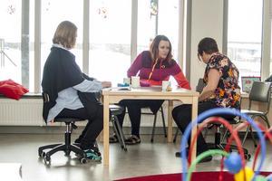 Låga bord och låga stolar, barnen i fokus på nya förskolan, även när det gäller inredning. Men kaffepaus fungerar ändå.