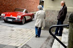 Vad gömmer sig bakom hörnet? Även de som egentligen tänkt sig att bara passera förbi Stortorget, stannade till för att kolla in bilarna.