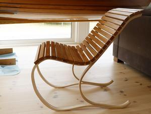 Stolen är en helt egen konstruktion. Stommen i laminerat trä gör den fjädrande.