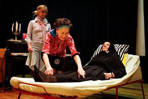 """Kälarnes samlade skådespelare står på scen i kväll. Ett farsartat familjedrama spelas av Inger Landerberg Karin Kvist, Runa Westman samt Elisabet Landerberg (skymd).Vad är det för papper som ligger gömda i mammas byrålådor? Familjehemligheter uppdagas i pjäsen """"Tre systrar och en flygel"""" som har premiär i Kälarne i kväll. Från vänster Karin Kvist, Inger och Elisabet Landerberg samt Runa Westman.En mystisk kvinna, en kandelaber och tre systrar. Elisabet och Inger Landerberg samt Runa Westman medverkar i familjedramat som spelas i Kälarne ikväll."""