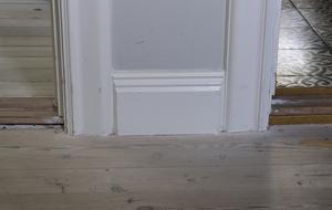 Alla lister, dörr- och fönsterfoder i huset var borttagna och omgjorda. Men inne på kattvindarna fanns originalen kvar, så det fanns en förlaga att gå efter under renoveringen.