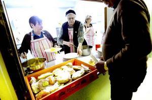Två dagar i veckan bjuder Röda Korset och Korskyrkan på mat. Ofta finns det en macka och frukt i Ulla Söderblom och Barbro Hamréns händer.