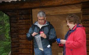 I stället för att klippa band hade fritidschef Janne Vennberg tagit med sig en kaffetermos och färdigbredda mackor för att inviga Näs-Tyttbo kanotled tillsamman smed Inger M Eriksson. För ute i naturen måste man fika, konstaterade han.FOTO: KERSTIN ERIK