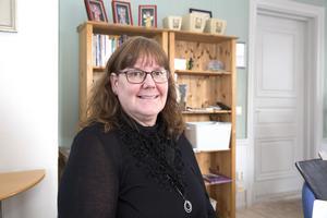 Siw Östlund berättar att hon tidigare i yrkeslivet har jobbat som badmästare. Sedan 1 mars är hon fritidschef i Smedjebacken och får den månadslön hon begärt.