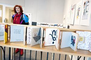 Rose Dietz, född och uppvuxen i Tyskland och utbildad vid konsthögskolan i Kronach visar grafik, måleri och tredimensionella objekt på Galleri Hörnan i Falun.