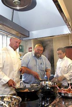 Chefskockar. Vincent Tan från Vietnam, till höger, skötte matlagningen under överinseende av Gert Klötzke och GD:s Jörgen Larsson.