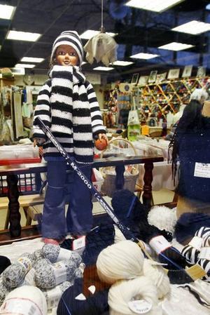 Sticka för saik. Är man inte stickkunnig kan man stödja Saik genom att köpa en färdig tröja i kansliet i stället – en idé från en Sandvikenbo om hur Saiks ekonomi ska kunna komma på fötter igen.