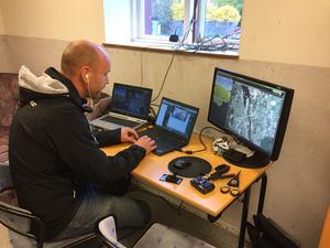 Jan Björn är uppkopplad med drönaren via både mobil och radiolänk. Han kan hela tiden styra om den ifall den skulle hamna fel.