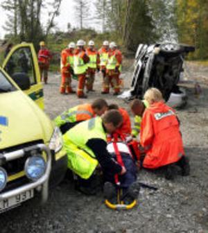 Hela familjen fick föras till sjukhus efter att bilen kört av vägen och voltat i höjd med Nedansjö. Allvarligast skadades en kvinna i 60-årsåldern.