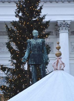 Statyn av tsar Alexander III på Senatstorget där Tomasmarknaden finns under jultiden.   Foto: Anders Pihl