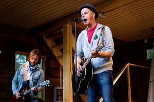 Per Persson tillsammans med gitarristen Niclas Frisk på Freluga trädgårdsscen tidigare i sommar.