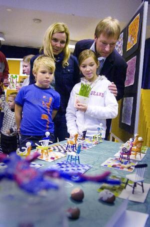 Ung konstnär. Paulina Westberg är en av barnen som varit på konstskola på Folkets Hus. Här med mamma Susanne, pappa Johan och brorsan Vilhelm.