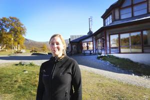 Sara Pettersson, platschef på STF:s anläggning i Storulvån, tycker inte att folk ska dra sig för att gå till fjälls för att lederna behöver rustas upp. Säkerheten är god men det behövs mer underhåll, menar hon.