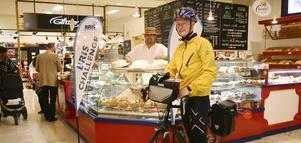 Cyklar för Bris skull. Oscar Haglind fick ta sig en paus i cykelturen genom Sverige hos Sebastian Eriksson. Nästa stopp blir Avesta.