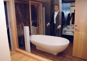 Dåvarande hotell-VD Peter Nilsson visar runt i sviterna dagen innan öppning i december 2008. Då visste ingen om att golvbrunnarna i badrummen var felkonstruerade. Det upptäcktes först på våren 2010.