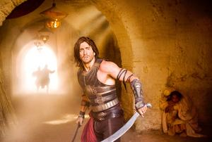 Ingen ny sommarbiosuccé. Jake Gyllenhaal verkar ha släppt de seriösa skådisambitionerna och går helhjärtat in för rollen som actionhunk i Prince of Persia. Men han tar rollen på lite för stort allvar, tycker Arbetarbladets recensent.