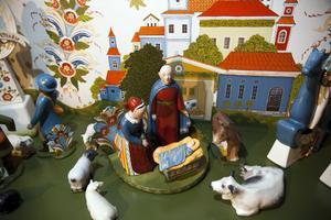 Josef och Maria ser förundrande på det underverk som ligger framför dem. Djuren i krubban är de utrotningshotade gästrikefåren, pälsfåren från Dalarna och fjällkon.