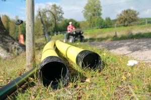 Under vägarna gräver man ner detta gula elrör, som fiberkabeln ligger i, eftersom trycket på röret blir extra högt där när fordon passerar.