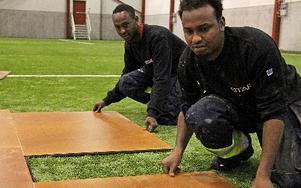 Hassan Abdalle Ali och Ali Mohamud lägger in golv när BSM förvandlas till en mässhall.Foto: Bengt Pettersson