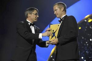 Tomas Johansson får årets lagpris av Göran Hägglund på idrottsgalan 2009 i Globen Arena i Stockholm på måndagskvällen.