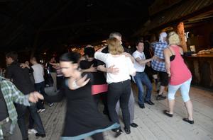 Logdanspremiären på Älvstagården tillsammans med Zlips lockade många danssugna.
