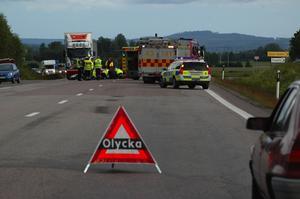 Krock. En ung kvinna på EU-moppe kolliderade med ett hästsläp i vägkorsningen in till Yttre Heden söder om Säter.