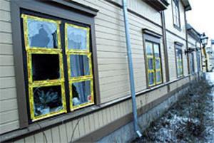 Syndikalisternas lokaler har återigen utsatts för vandalism. Under natten mot lördagen krossade någon 15 fönsterrutor i Joe Hill-gården. Foto: Leif Jäderberg