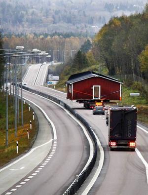 Den sista biten av den breda hustransporten till Lövudden gick på E4 där det snabbt blev långa köer.