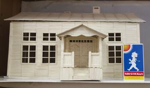 Den lilla tändsticksasken ger oss proportionerna av Olle Lundgrens modellhus.
