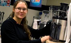 Nathalie Andersson, butikssäljare på Elon i Fagersta, har upplevt att många köpt råsaftscentrifugen i höst.