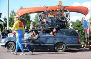 Den här familjen, i överlastad bil och med husvagnen på släp, är på väg till O-ringen.