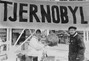 Arbetarbladet, 26 april 1991. På Stortorget i Gävle vakade Inga Michaeli och Thorild Dahlgren på femårsdagen efter katastrofen i Tjernobyl.