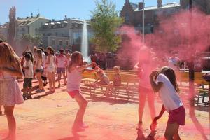 Amanda och Melinda Gahlin kastar rosa färg på varandra, den bästa färgen enligt Melinda.