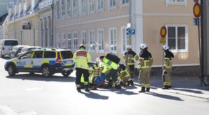 En man fördes till sjukhus efter olyckan.