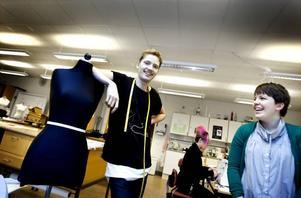 Modemedvetna. Elias Högberg och Angelica Falkeling går på  utbildningen Textil Mode Grafisk form och Design och i morgon visar de upp sitt slutarbete, varsin kollektion, på Gasklockan i Gävle.