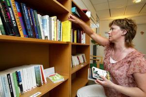 Bolagsverket är en de arbetsplatser i Sundsvall som har ett eget skönlitterärt bibliotek. Eva Hansson hoppas att bokintresset ska öka av att böckerna finns nära till hands.