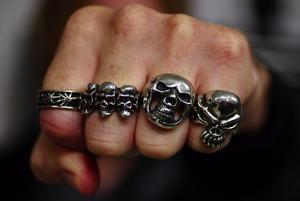 RINGMÄRKT. Ringar, ringar och åter ringar, gärna med dödskallar.