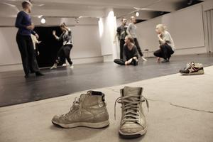 Bli danskonstintresserad i Kulturkioskens källarlokal. Projektet Danslab 2014 pågår under ledning av fyra professionella koreografer.