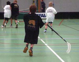 En storlek på tröjorna men olika storlekar på barnen. Robin Larsson, 6 år, från Kometens fritids var turneringens minsta spelare.